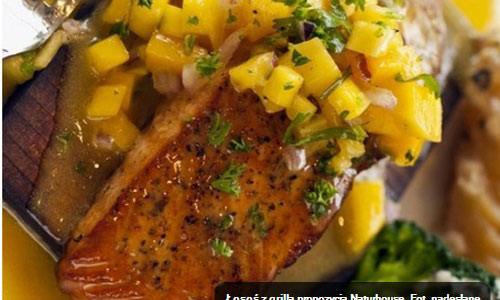 KULINARIA. Łosoś z grilla z salsą z mango i pomarańczowym sosem