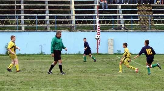 PIŁKA NOŻNA. Wyniki uzyskane w meczach piłkarskich przez juniorów i trampkarzy
