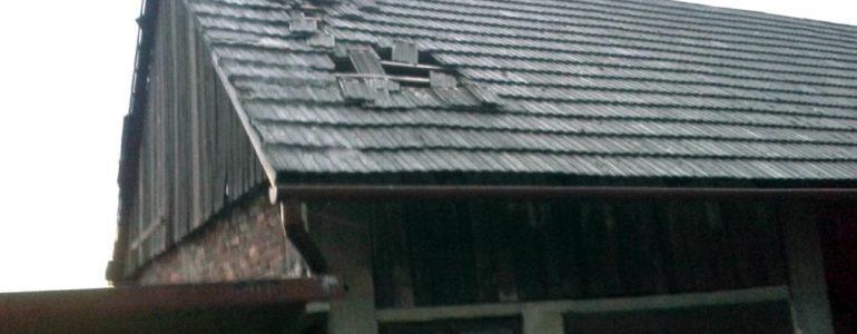 Uszkodzone dachy, połamane drzewa