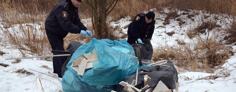 Jakiś idiota odpady po remoncie wyrzucił do lasu – FILM, FOTO