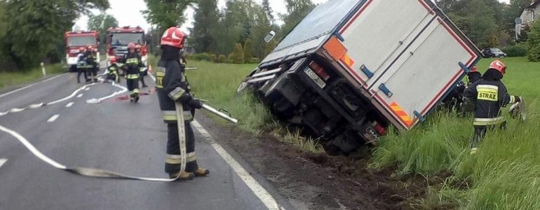 Ciężarówka z chemikaliami w rowie