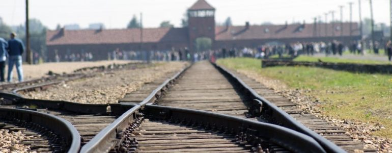 17-latek wyrył swoje imię na ścianie baraku w Muzeum Birkenau