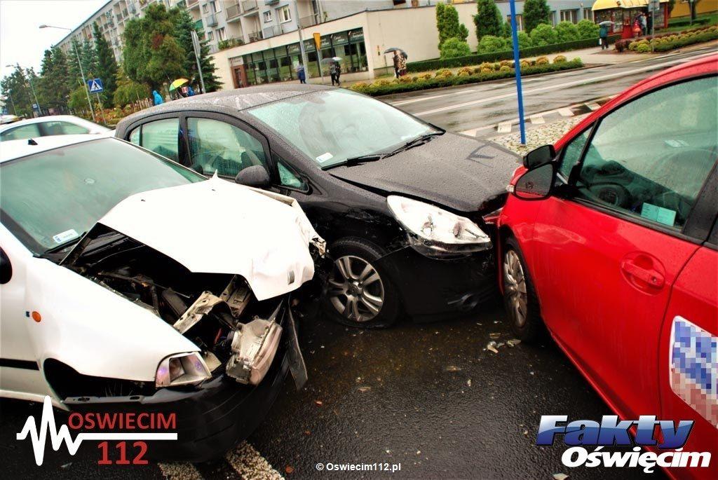 Trzy samochody zderzyły się na skrzyżowaniu ulic Tysiąclecia i Śniadeckiego w Oświęcimiu. Po raz kolejny okazało się, że to bardzo niebezpieczne miejsce.