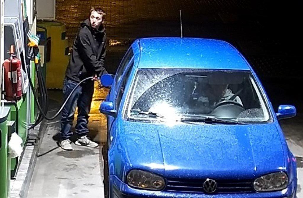 Dwóch złodziei paliwa poszukują policjanci z Komendy Powiatowej Policji w Oświęcimiu. Publikujemy zdjęcia z monitoringu, ukazujące kradzież.