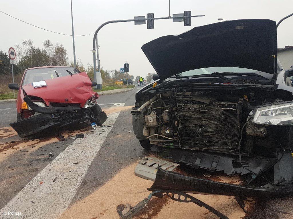 W sumie pięć samochodów zderzyło się wczoraj w dwóch kraksach. Wyjaśniamy, jak doszło do sobotnich zderzeń.