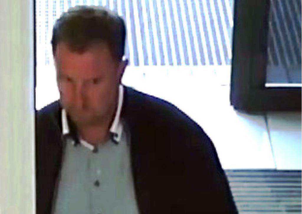 Kryminalni z oświęcimskiej komendy policji poszukują widocznego na zdjęciach człowieka. To oszust, który pozbawił swoją ofiarę kilku tysięcy złotych.