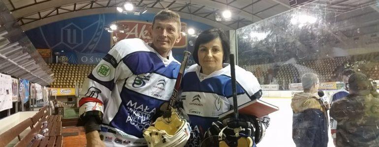 Mistrzowie figurowi z hokejkami w rękach zapraszają na mecz – FILM