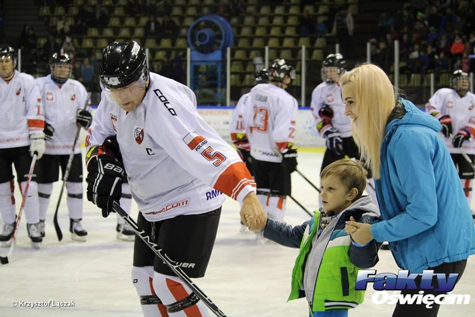 Artyści pokonali wolontariuszy 7:6. Jednak prawdziwy wynik charytatywnych zmagań hokejowych to 43 tysiące złotych na leczenie Mateusza.