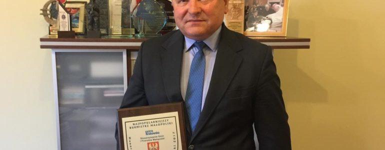 Andrzej Saternus z honorowymi insygniami