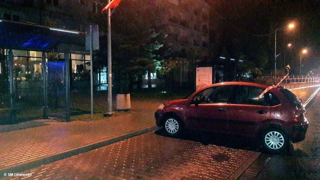 Wczesnym rankiem citroen nie miał ochoty stać na parkingu, na którym zostawiła go właścicielka. Samochód postanowił odwiedzić zatokę autobusową.