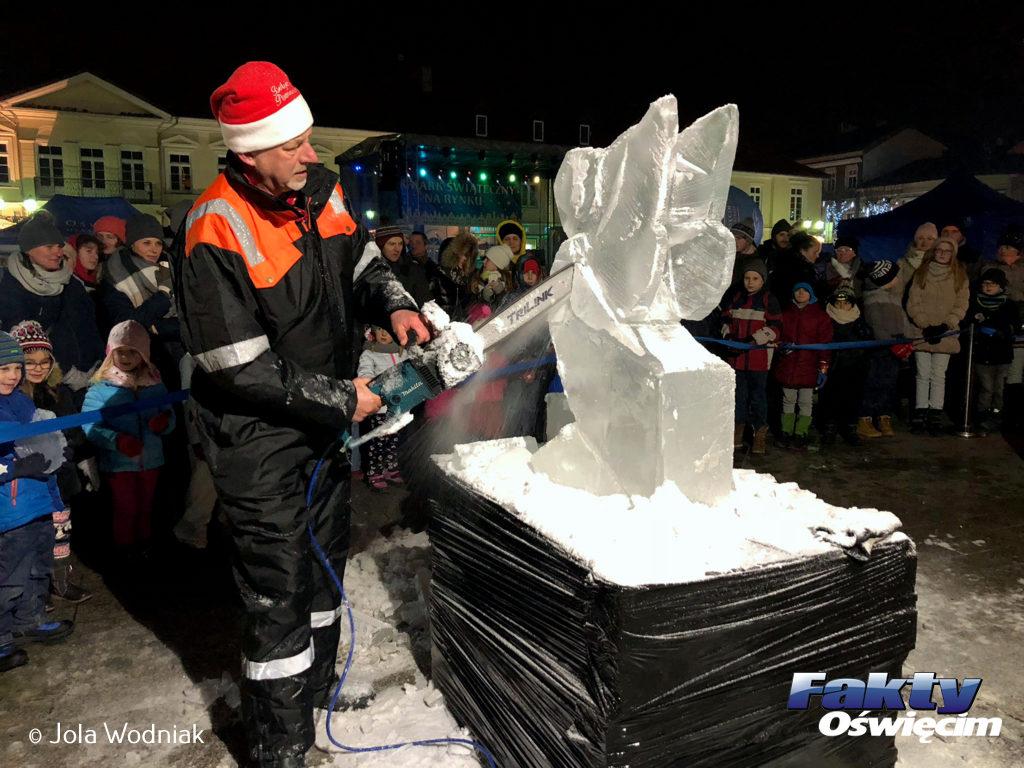 Rzeźby wykonywane w bryłach lodu przez Krzysztofa Gaca były jedną z atrakcji Jarmarku Świątecznego na Rynku Głównym w Oświęcimiu.