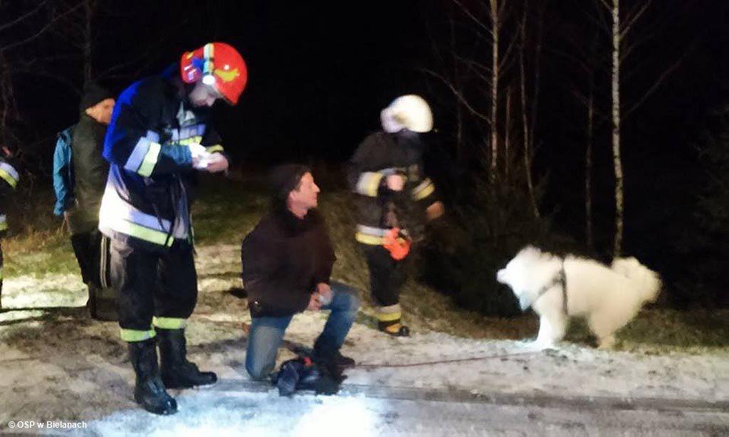 Strażacy ratowali psy, które dryfowały po stawie na krze. Nietypowa akcja, prowadzona po zmierzchu, zakończyła się sukcesem.
