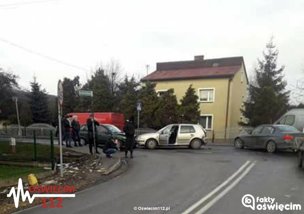 W ostatnich dniach w powiecie oświęcimskim doszło do kilku zdarzeń drogowych, w których zderzyły się po trzy samochody. Policja apeluje o ostrożność.