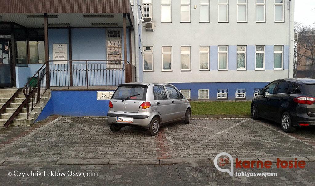 Można małym samochodem zająć dwa miejsca parkingowe? Można. Można też zająć małym samochodem dwa miejsca inwalidzkie.