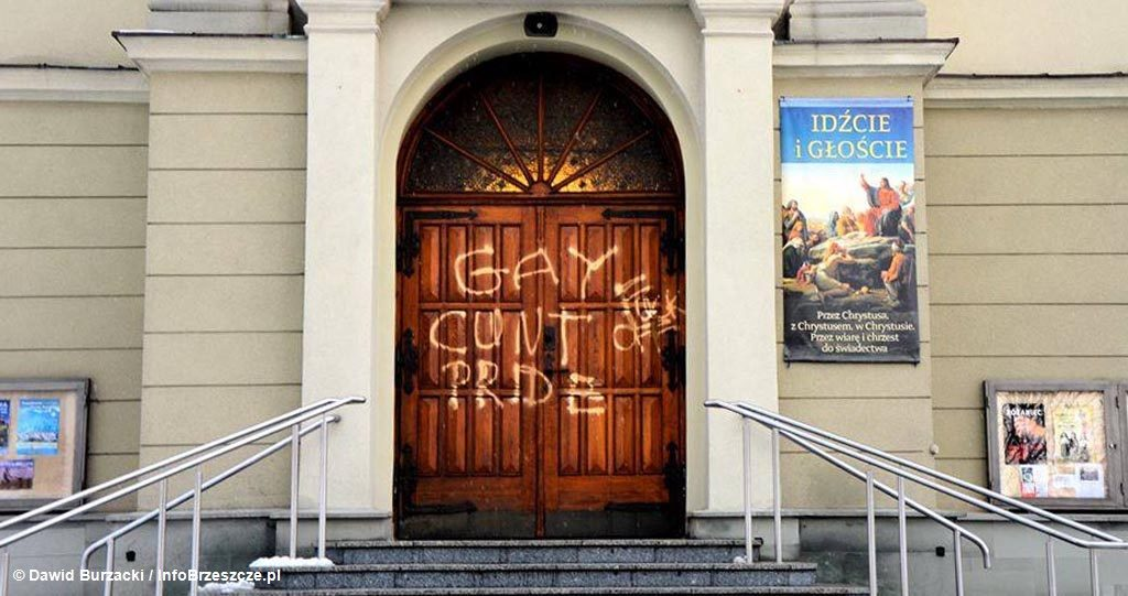 Policjanci puszkują sprawców, który pomalowali drzwi kościoła świętego Urbana w Brzeszczach. Prezentujemy film z tego zdarzenia.