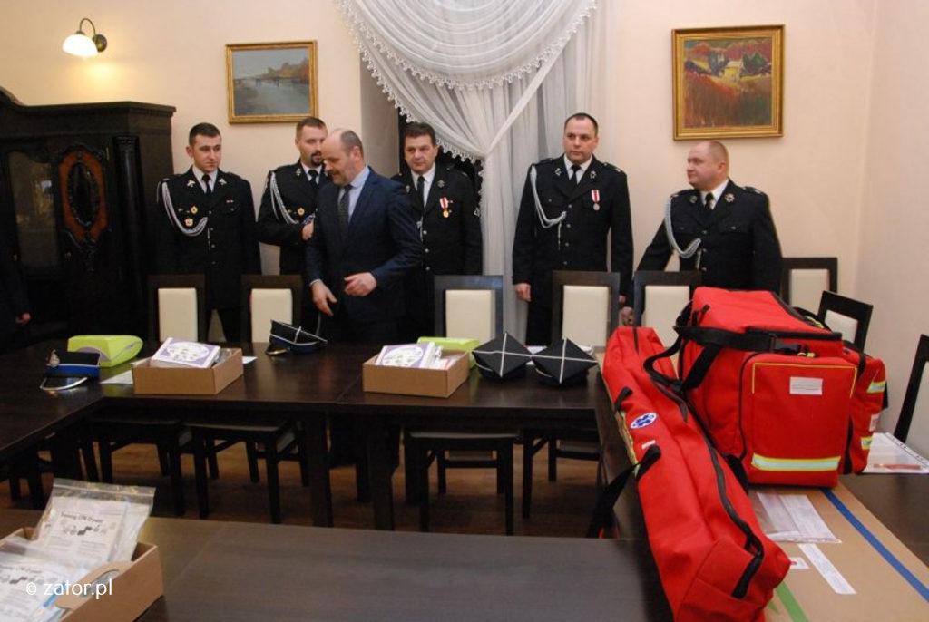 Druhowie z Ochotniczych Straży Pożarnych z Zatora, Podolsza, Graboszyc i Smolic otrzymali defibrylatory oraz pełny zestaw do ratownictwa medycznego o wartości 23164,35 złotych.
