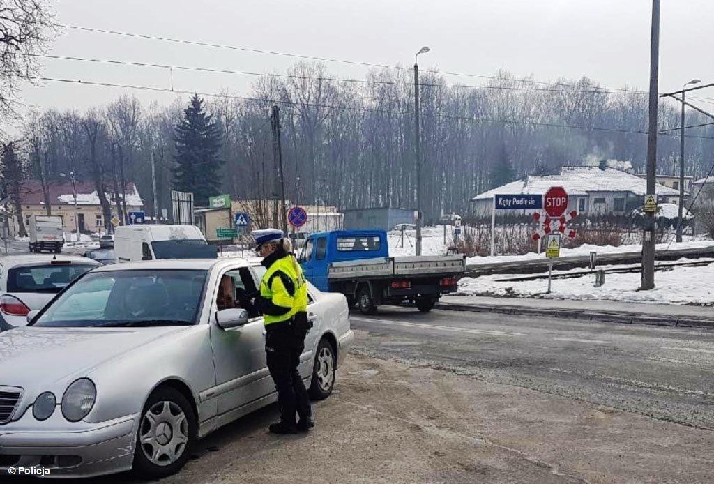 Dzisiaj policjanci z oświęcimskiej drogówki pełnili służbę głównie przy przejazdach kolejowych. Obserwowali, jak uczestnicy ruchu je pokonują.