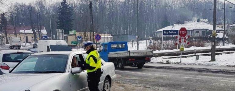 Policjanci z drogówki przy przejazdach kolejowych