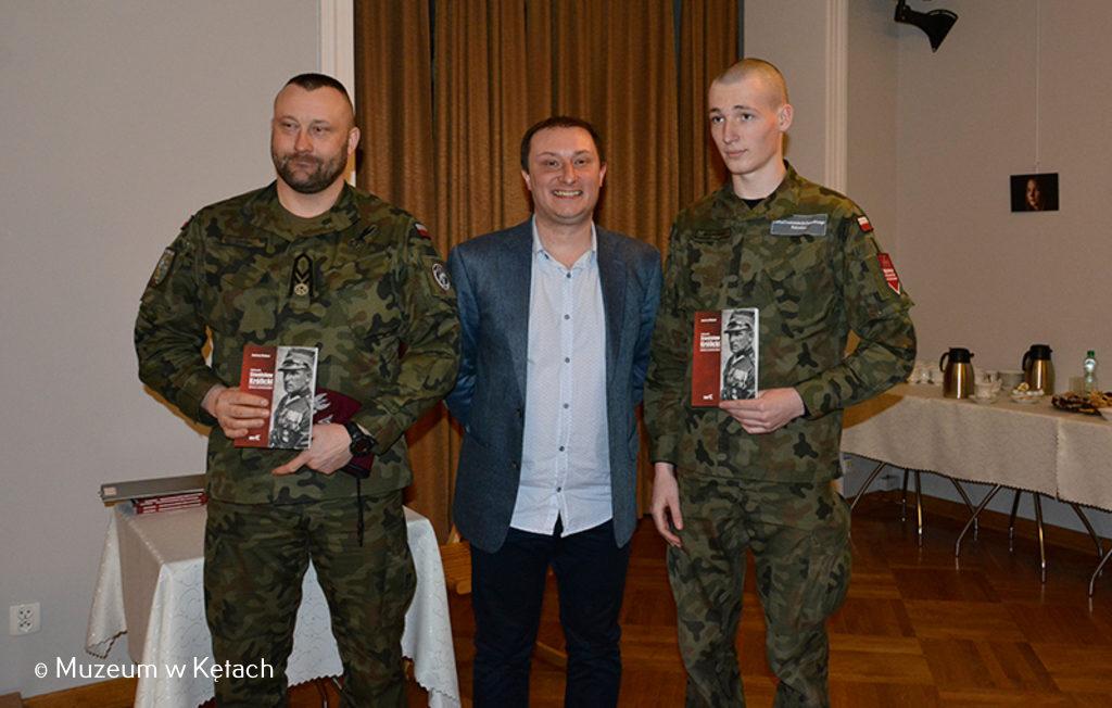 Uroczystość składania wiązanek kwiatów pod pomnikiem Stanisława Królickiego rozpoczęła spotkanie promocyjne książki Andrzeja Małysy o zasłużonym dla Kęt oficerze.