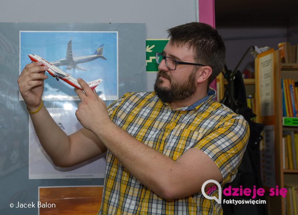 Kamil Szyjka, podróżnik, miłośnik fotografii, lotnictwa i mediów opowiadał w chełmeckiej bibliotece o lotnictwie. Zdradził tajemnicę, jak to się dzieje, że samoloty latają. Wkrótce Kamil zagości w Oświęcimiu.
