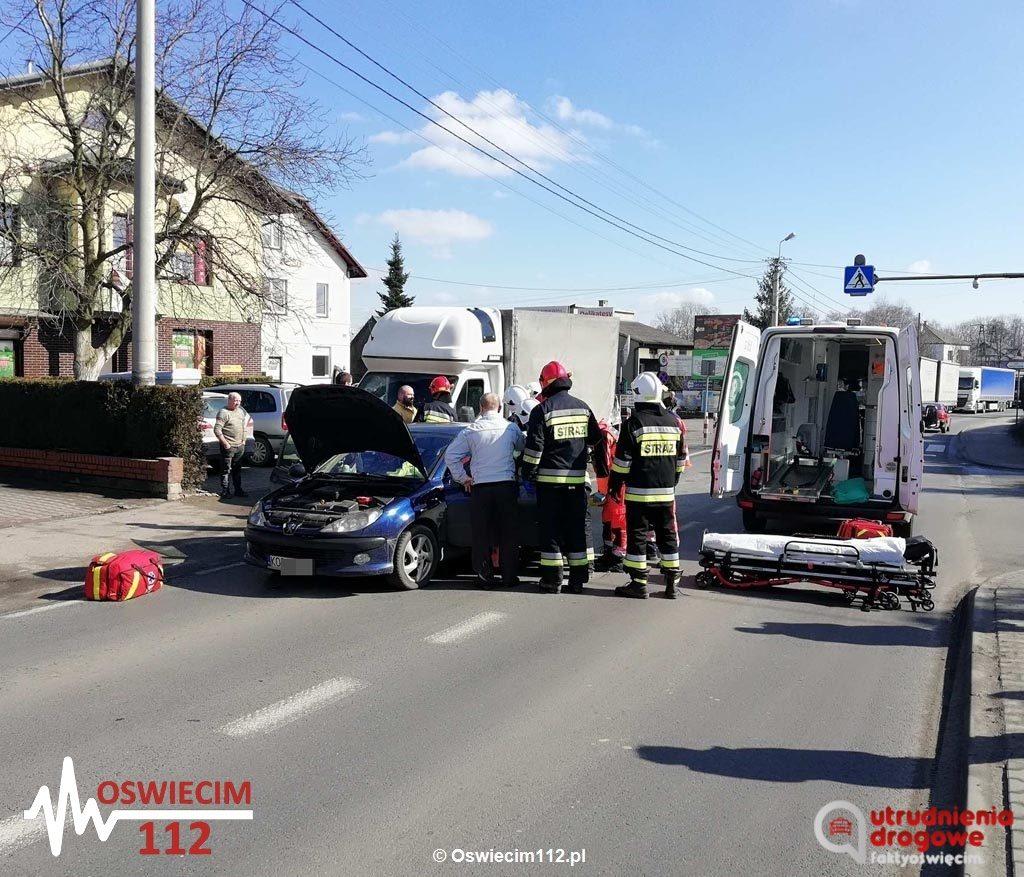 Do zderzenia samochodów doszło na ulicy Oświęcimskiej w Przeciszowie. Na drodze krajowej nr 44 służby wprowadziły ruch wahadłowy.