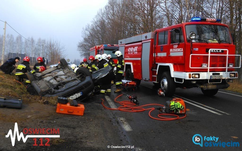 Dzisiaj rano na drodze krajowej nr 44 we Włosienicy audi wypadło z drogi i dachowało w rowie melioracyjnym. Pojazdem jechały trzy młode osoby.