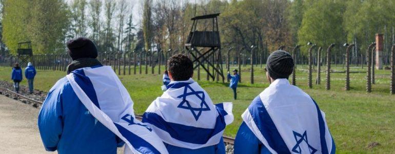 20-letni Izraelczyk wysikał się na schody pomnika w Birkenau