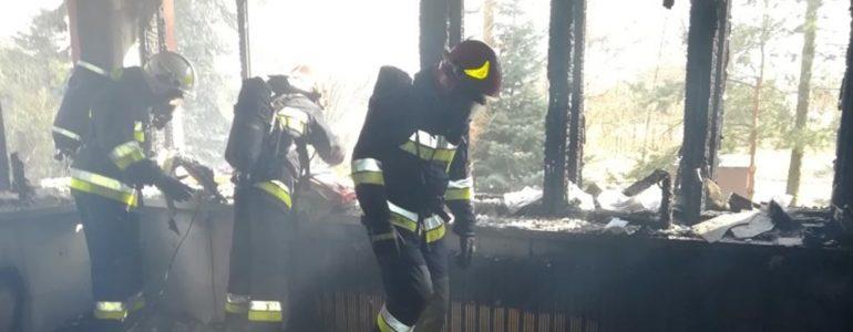 Palił się dom. Z ogniem walczyło 22 strażaków – FOTO