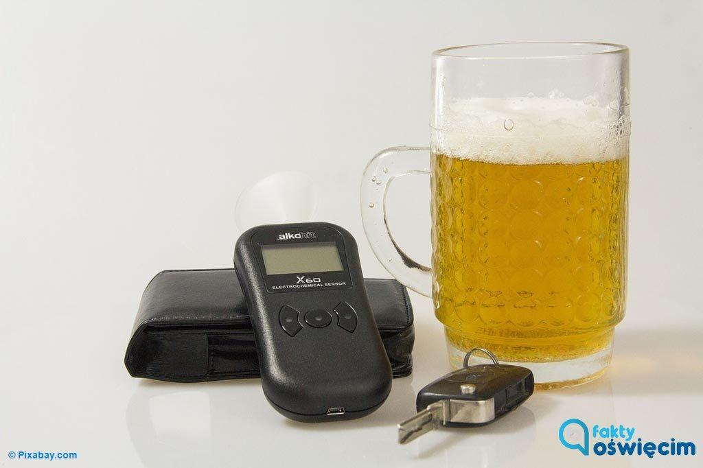 W Kętach policjanci zatrzymali volkswagena, który jechał slalomem. Okazało się, że kierowca jest po alkoholu i nie ma prawa jazdy.