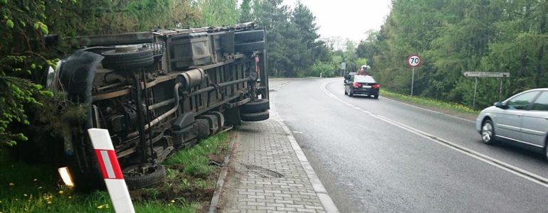 Przewrócił ciężarówkę na bok