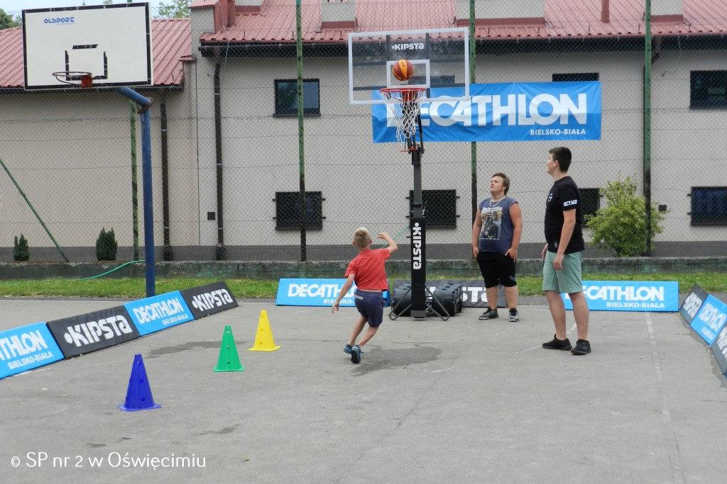 Rozgrywki sportowe, występy artystyczne, zabawy integracyjne to nie jedyne atrakcje, jakie zagościły na Pikniku Rodzinnym, który odbył się na boisku oświęcimskiej Dwójki.