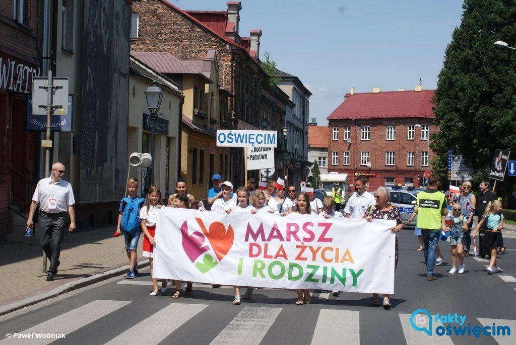 """Siódmy Marsz dla Życia i Rodziny przeszedł ulicami Oświęcimia. Kilkaset osób niosło i skandowało takie hasła, jak """"Wybieram rodzinę, a nie nadgodzinę""""."""