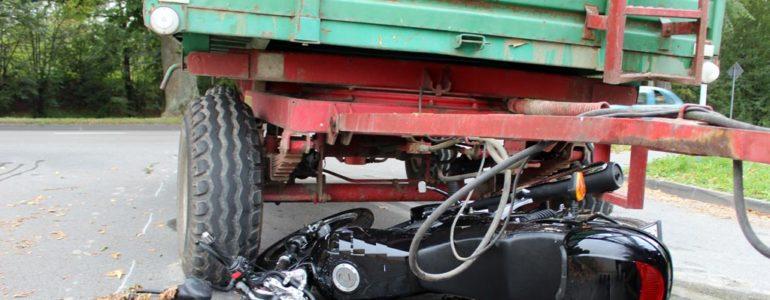 Zderzenie motocykla z ciągnikiem