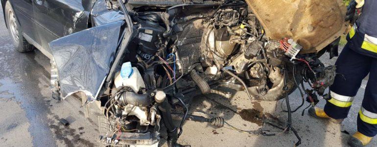 Uderzył tak mocno, że z samochodu wypadł silnik – FOTO