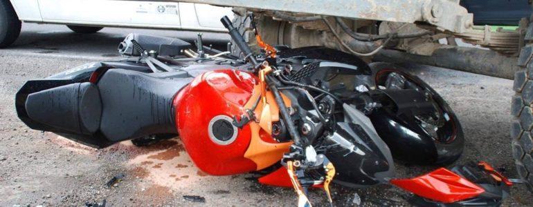Motocyklem uderzył w traktor