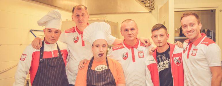 Krzysztof Węgrzyn wraz z artystami w kuchni – FOTO