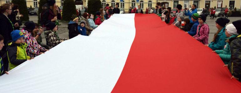 Ponieś wielką flagę Polski