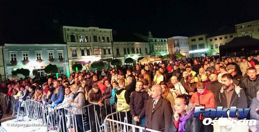 Było zimno, ale Zakopower rozgrzał publiczność obecna na Rynku Głównym w Oświęcimiu. Na czas koncertu zespołu w ramach Jesieni Oświęcimskiej nawet deszcz wstrzymał swoją aktywność.
