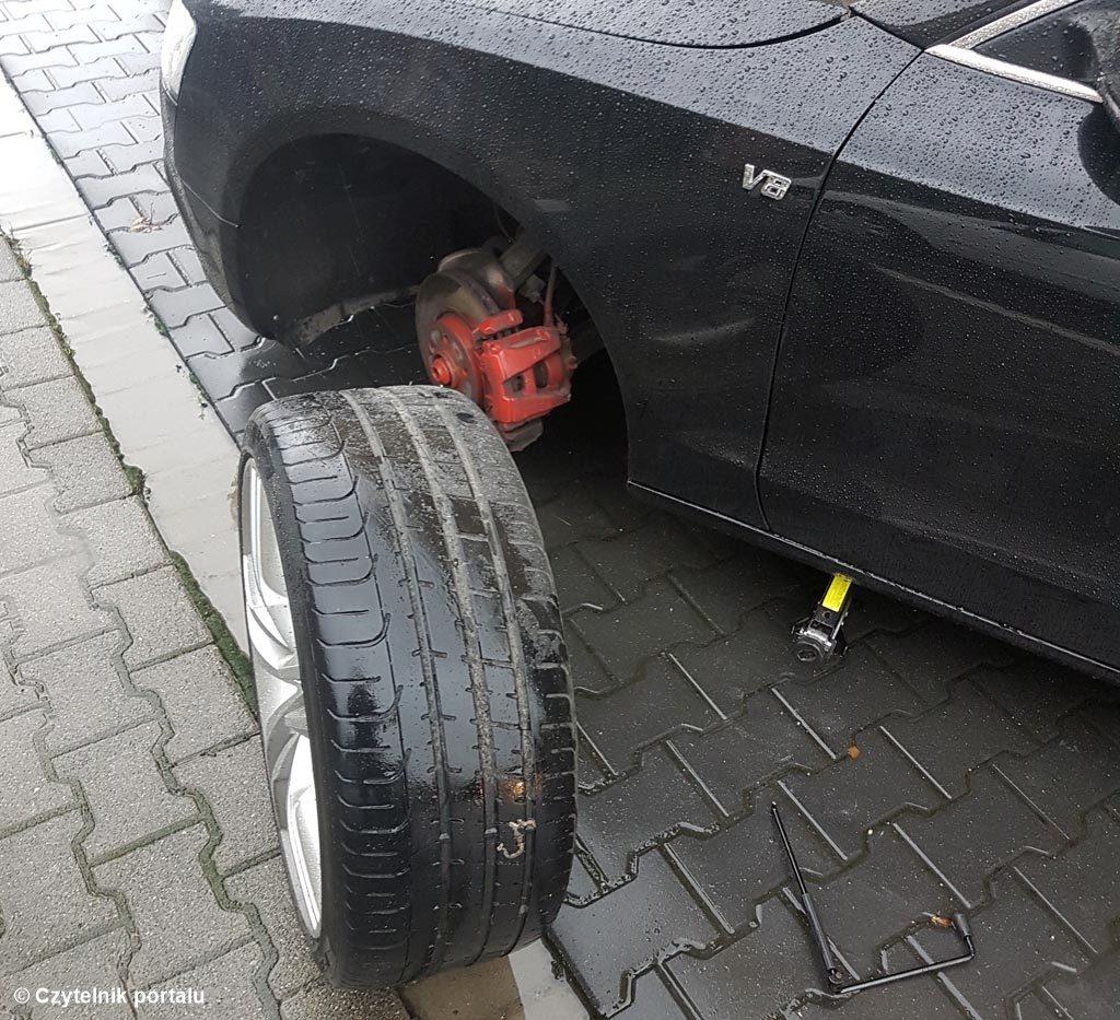 Właściciel audi mógł poranić siebie lub innych uczestników ruchu drogowego. Jakiś inteligentny inaczej osobnik odkręcił wszystkie koła w jego samochodzie.