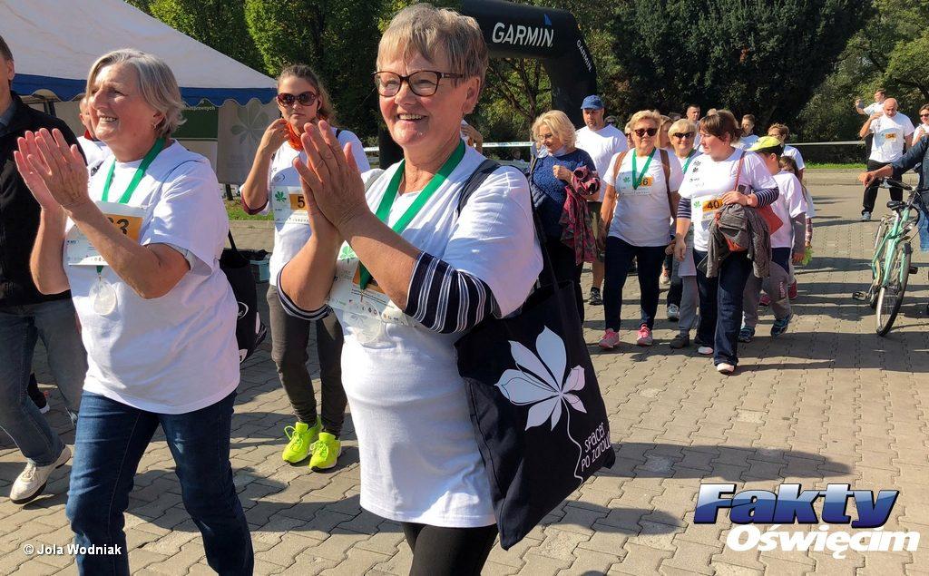 """Prawie 150 osób wzięło udział w """"Spacerze po zdrowie"""" na oświęcimskich Bulwarach. Pogoda dopisała, a uczestnikom spaceru nie znikał z twarzy uśmiech."""