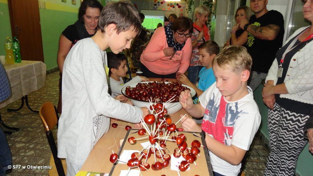 Stu uczniów i 70 rodziców wzięło udział w powitaniu jesieni w szkole podstawowej nr 7 w Oświęcimiu. Był to wieczór i noc szalonych niespodzianek.