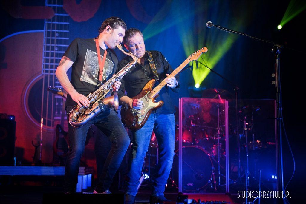 Ray Wilson, szkocki wokalista, gitarzysta, kompozytor, autor tekstów, były wokalista zespołu Genesis wystąpił w Domu Kultury w Przeciszowie. Sala pękała w szwach, a fani Raya usłyszeli swoje ulubione piosenki.