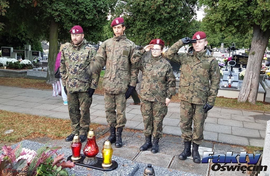 Osoby, które nawiedziły cmentarz w Kętach nie kryły zdziwienia na widok czwórki mundurowych, oddających honory zmarłym. Spytaliśmy ludzi w mundurach, kim są.