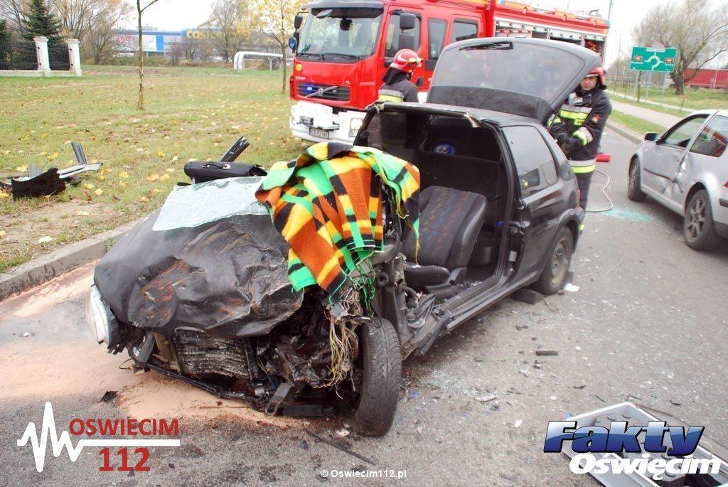 Dzisiaj przed godziną 11.30 na ulicy Batorego w Oświęcimiu doszło do czołowego zderzenia, które przekształciło się w karambol. Droga jest całkowicie zamknięta.