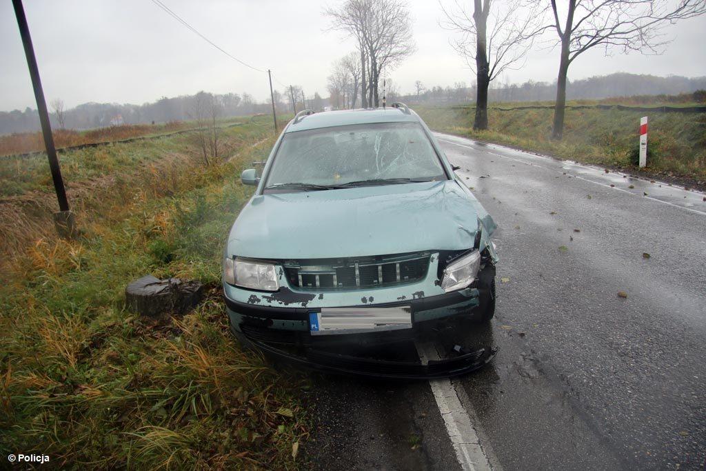 29-letni mężczyzna zginął potrącony przez samochód na drodze w Osieku. Główna droga przez sołectwo jest nieprzejezdna.