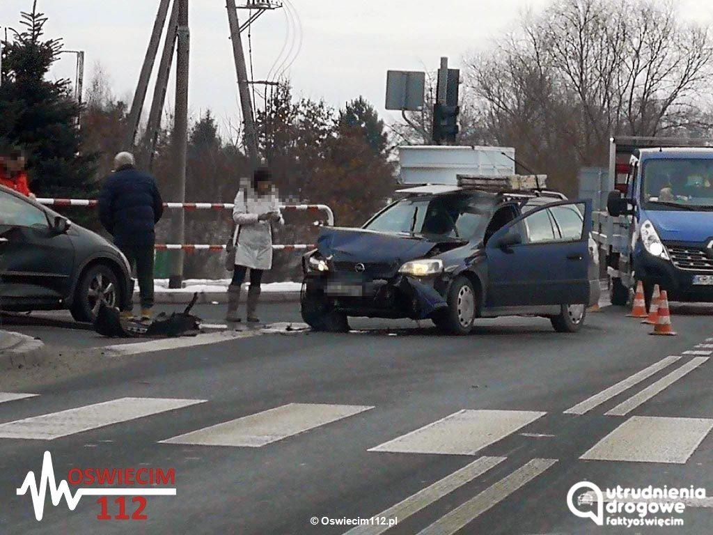 Trzy samochody zderzyły się na skrzyżowaniu ulicy Zatorskiej z Grojecką w Zaborzu. Od kilku dni nie działa w tym miejscu sygnalizacja świetlna.