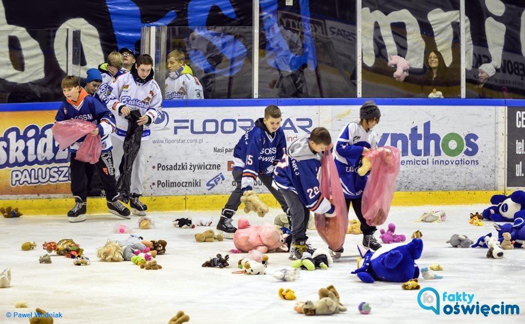 W piątek na oświęcimskim lodowisku hokeja Unia zmierzy się z GKS Tychy. Mecz jest okazją do przeprowadzenia kolejnej akcji Teddy Bear Toss.