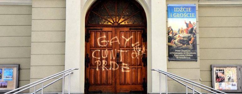 Pseudograffiti na drzwiach kościoła – FILM, FOTO