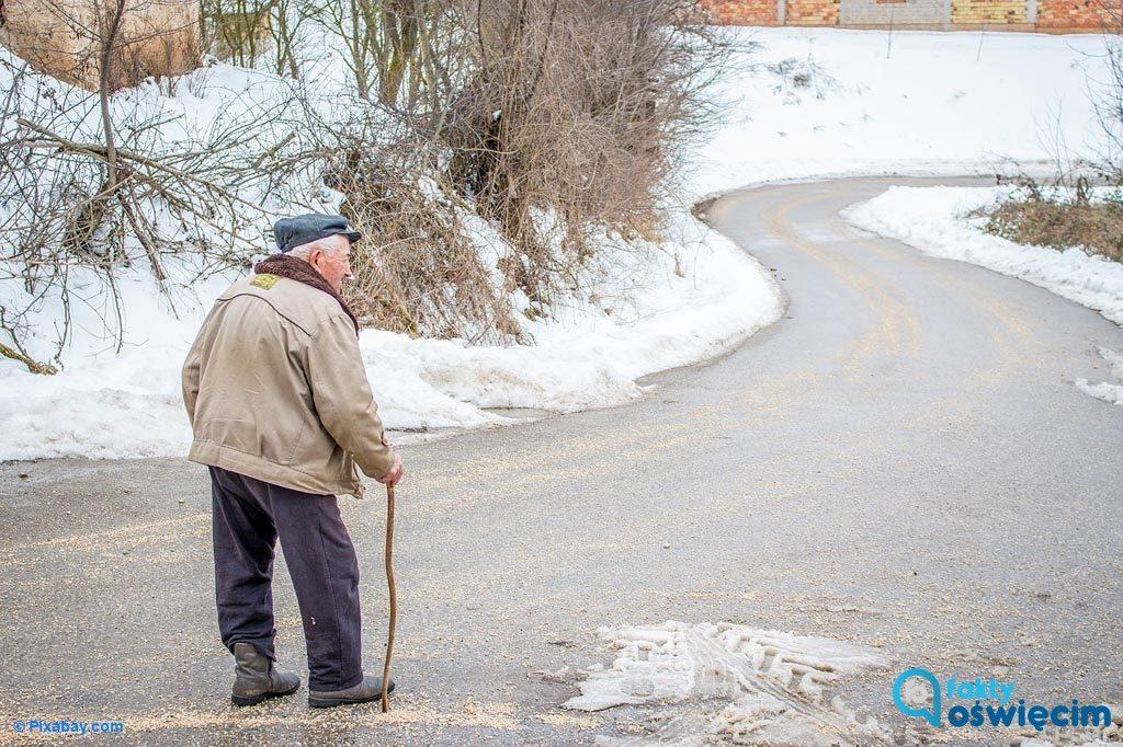 80-latek stracił równowagę na chodniku. Mogła zawinić śliska nawierzchnia. Z pomocą ruszyli policjanci. Szczęśliwie seniorowi nic się nie stało.