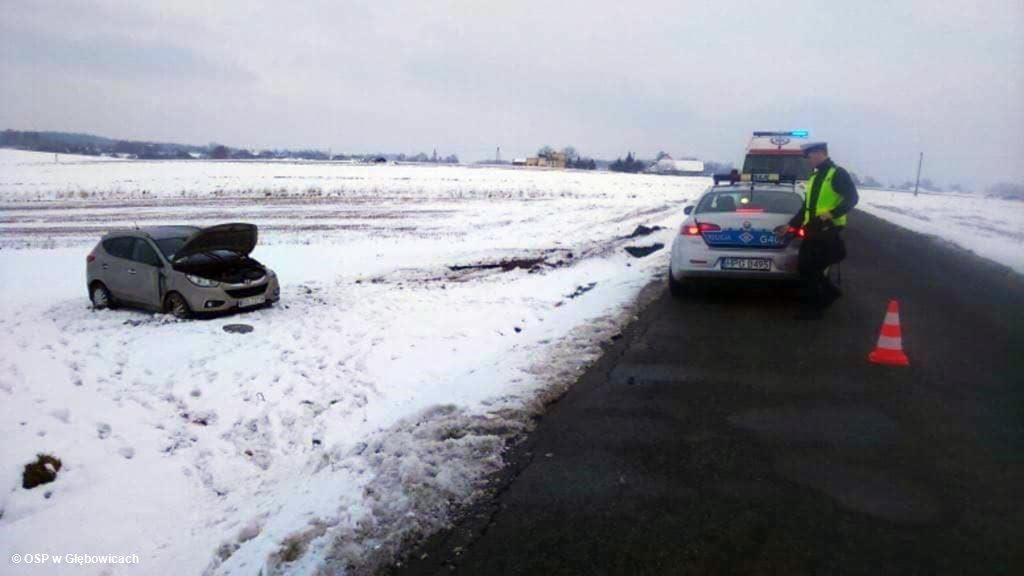 Na ulicy Wadowickiej w Głębowicach doszło do poważnie wyglądającego zdarzenia drogowego. Dachował samochód wiozący dzieci.